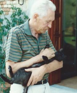 Mario Lodi con suo gatto